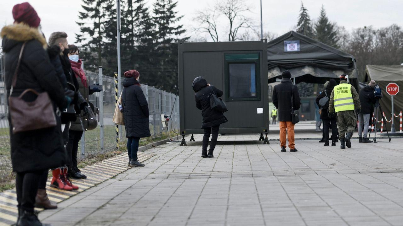 Testowanie nauczycieli klas I-III szkół podstawowych na obecność SARS-CoV-2 w Poznaniu (fot. PAP/J.Kaczmarczyk)