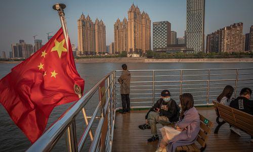 Chińczycy na promie przewożącym przez rzekę Jangcy w Wuhan, 12 kwietnia 2020 r. Fot. PAP / EPA.