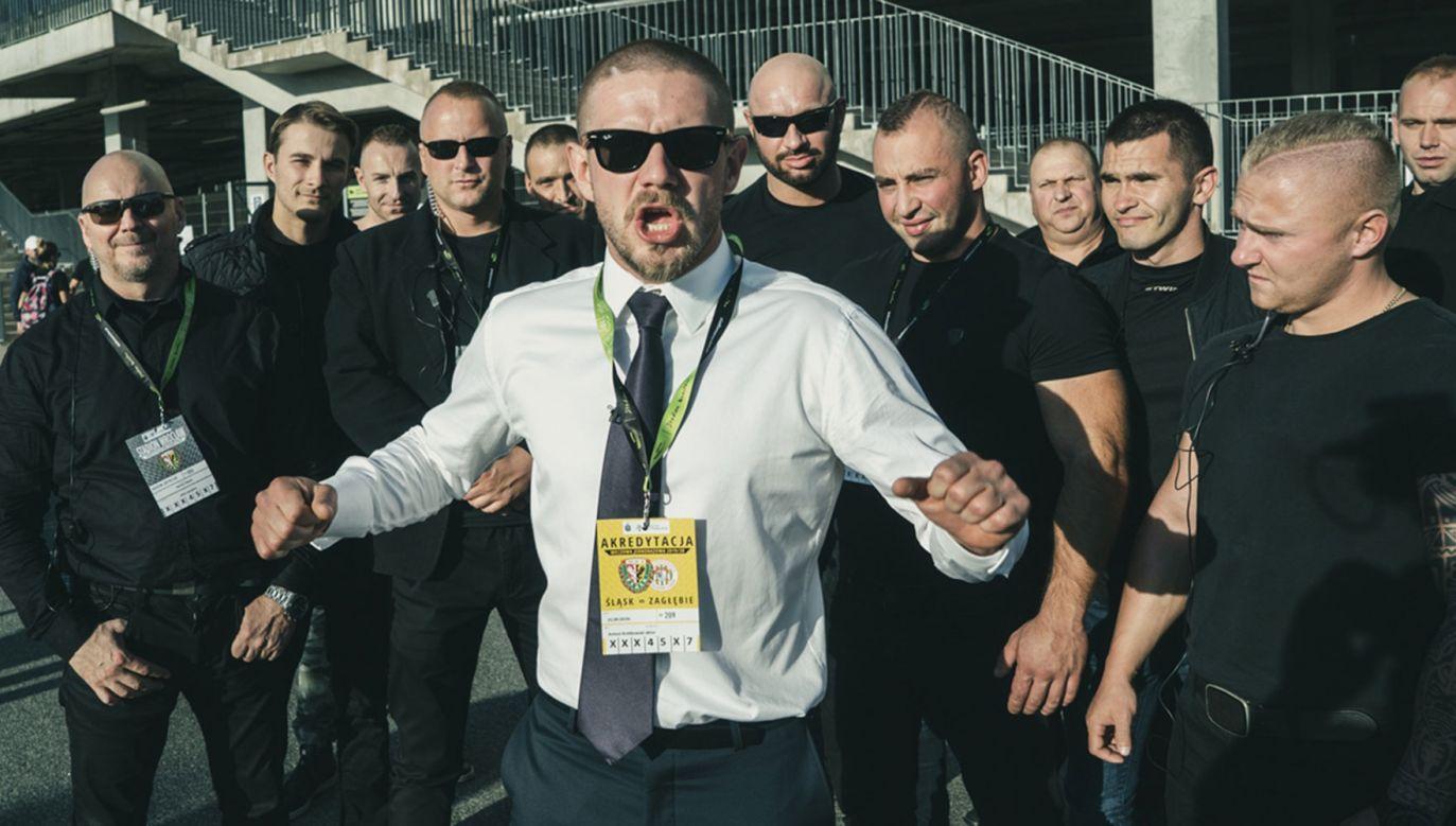 Paweł (w tej roli – na zdjęciu w środku – Antoni Królikowski) to kryminalista, którego głównym narzędziem załatwiania spraw jest przemoc, choć zarazem kieruje się specyficznym kodeksem honorowym. Fot. Marcin Goleń/Mat. prasowe