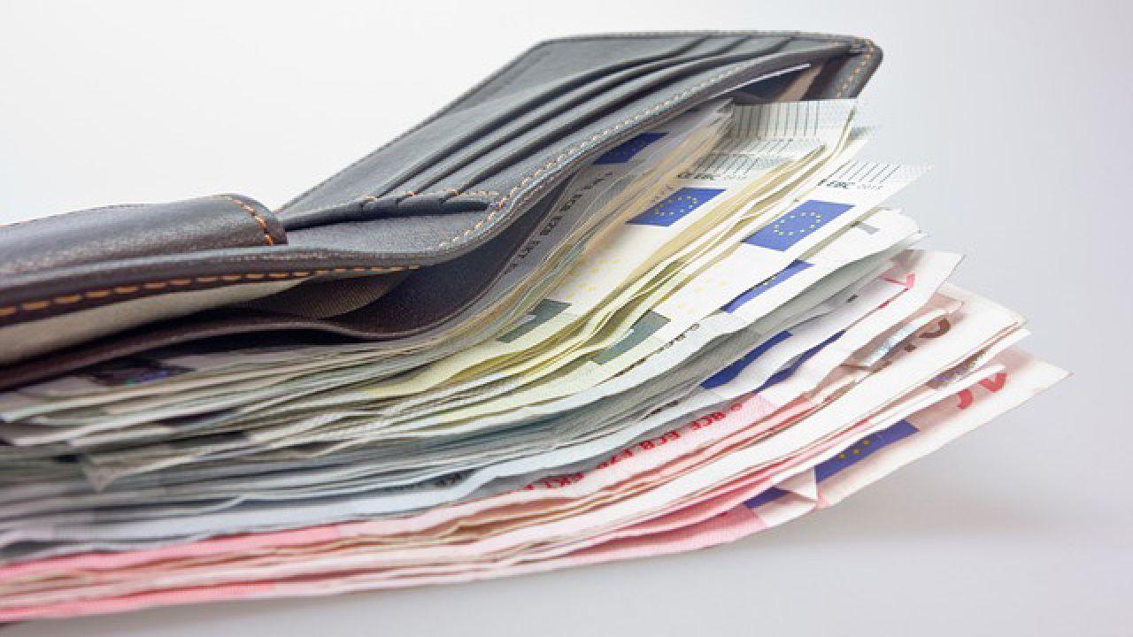 Jak twierdzą śledczy, poszkodowani tracą przez naciągaczy coraz większe sumy (fot. pixabay.com/blickpixel)