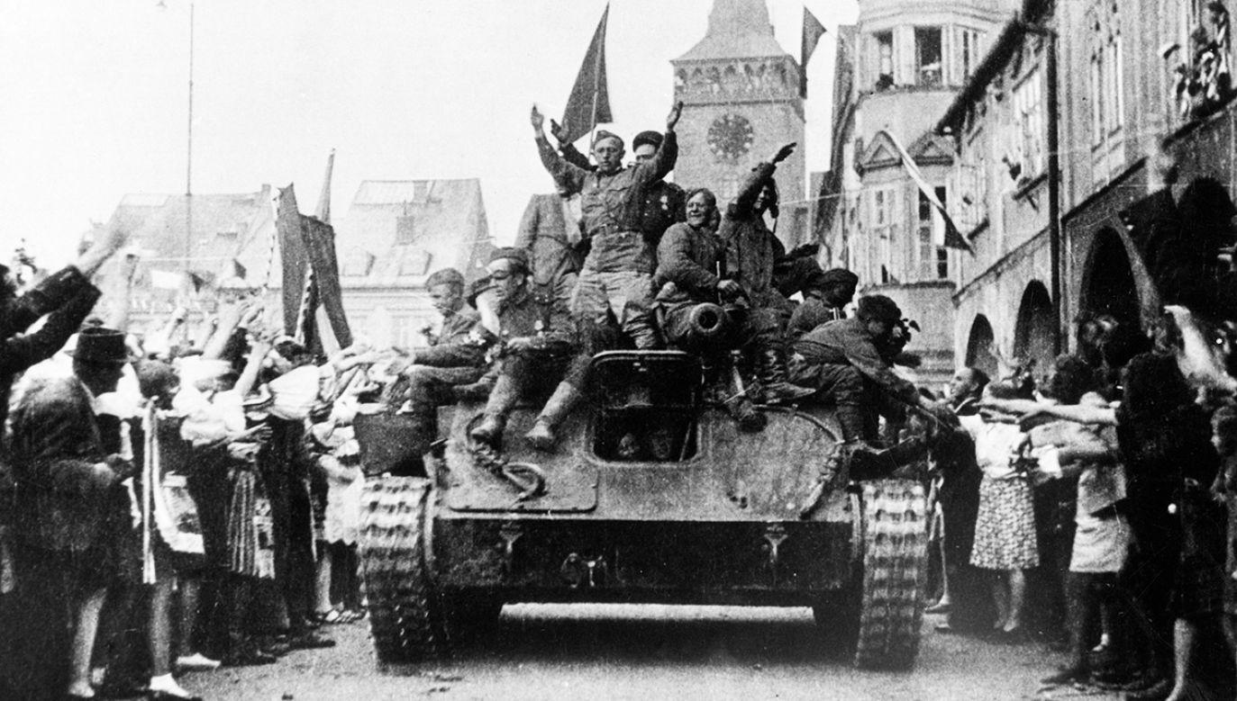 Mieszkańcy czeskiego miasta Jicin wiwatują na widok radzieckiego czołgu   (fot. Mondadori via Getty Images)