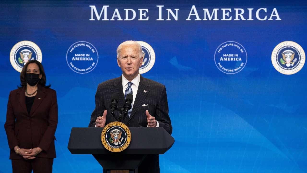 Joe Biden realizuje program wyborczy (fot. PAP/EPA/KEVIN DIETSCH / POOL)