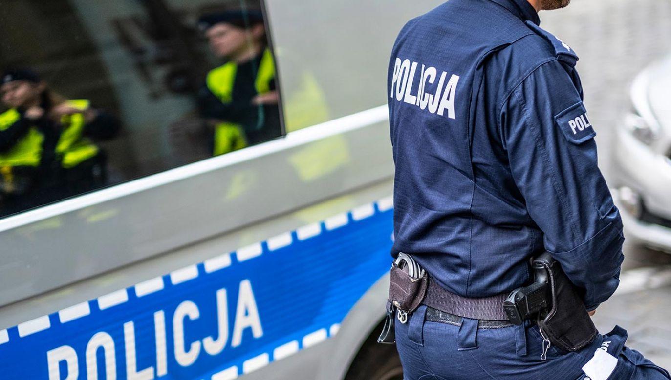 49-letni mieszkaniec Ostródy został zatrzymany, a należące do niego transparenty zabezpieczone do sprawy (fot. Shutterstock/forma82)