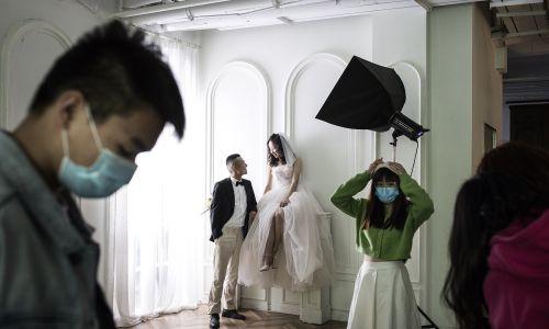 W Wuhan można już brać śluby. Para młoda podczas sesji ślubnej w studiu fotografii ślubnej Pushi, 15 kwietnia 2020. Fot. Getty Images