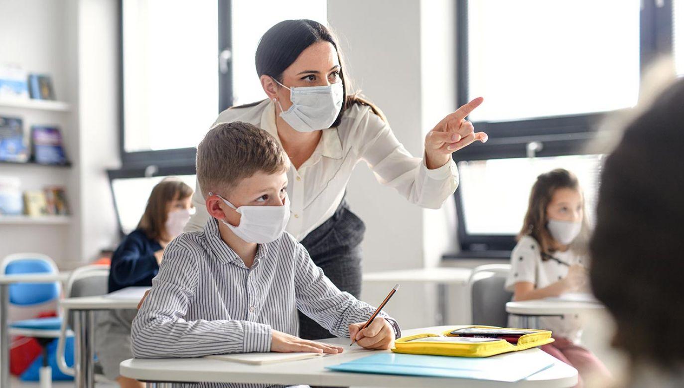 Od poniedziałku do szkół wracają uczniowie klas 1-3. (fot. Shutterstock/Halfpoint)