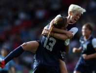Megan Rapinoe gratuluje Alex Morgan strzelenia gola (fot. Getty Images)