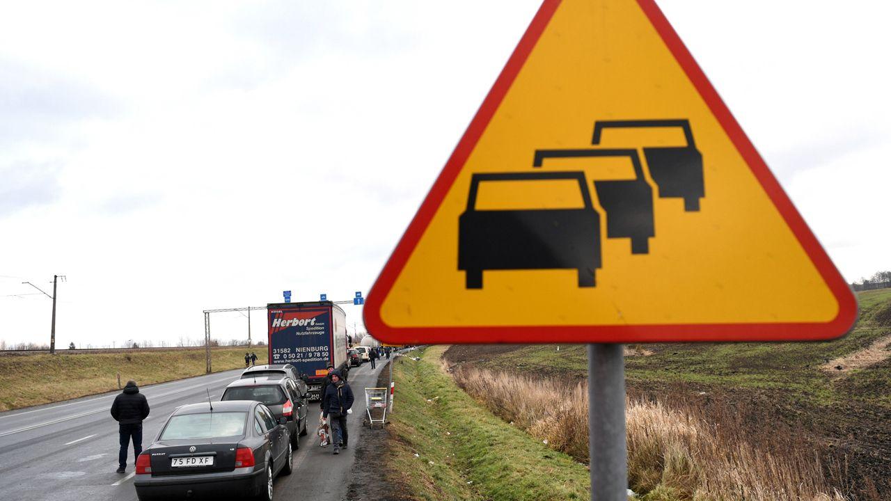 W Medyce odprawa samochodów osobowych zajmuje dziewięć godzin (fot. PAP/Darek Delmanowicz)