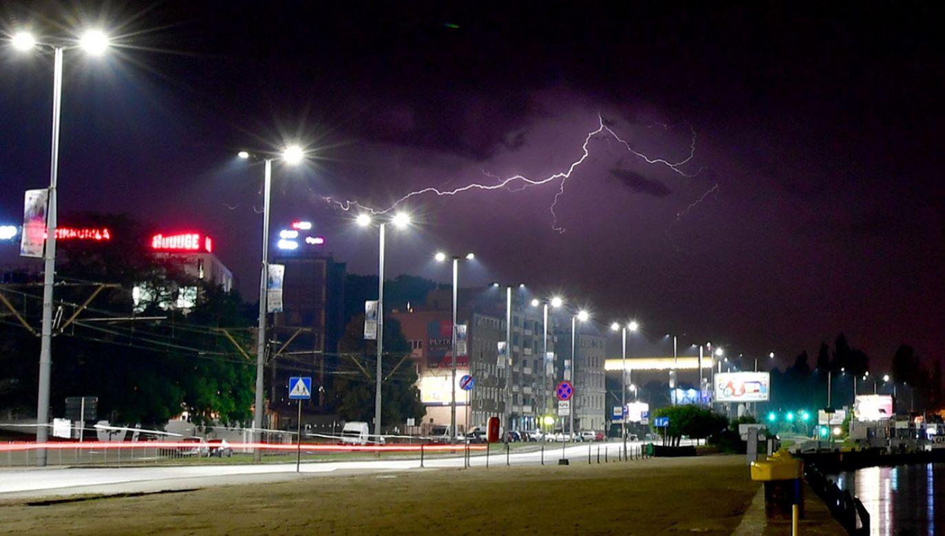Burza z piorunami przeszła, 12 bm. nad Szczecinem, w nocy z wtorku na środę (fot. PAP/Marcin Bielecki)