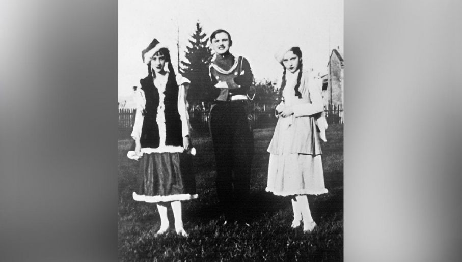"""Karol Wojtyła w przedstawieniu """"Ułani księcia Józefa"""", lata 30. XX wieku. (fot. fot. Artur Pawłowski/ Reporter East News)"""