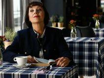 Niestety, w restauracji pojawia się pani Irenka. Kobieta woli jednak poczytać książkę (fot. TVP)