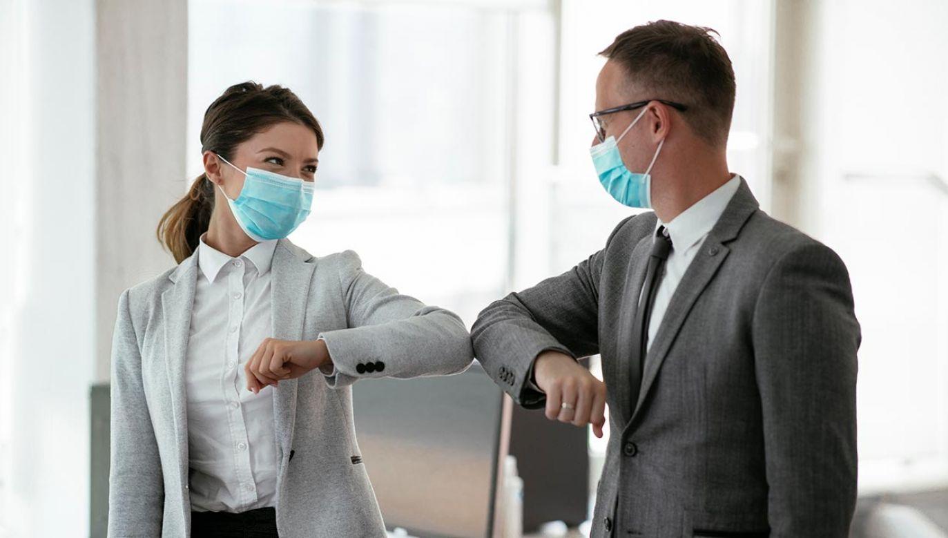 Badacze zaznaczają jednak, że nawet noszenie maseczek nie eliminuje całkowicie możliwości przeniesienia wirusa (fot. Shutterstock/Just Life)