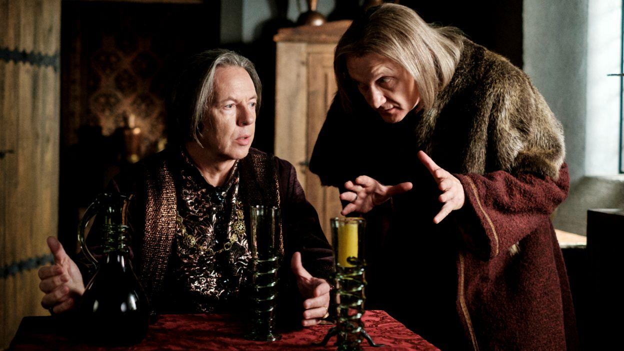 Pomóc ma Opolczykowi Gniewosz z Dalewic, który obiecuje rozsiewać plotki na temat królowej (fot. TVP)