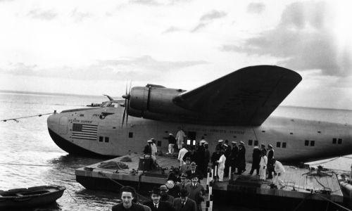 Pasażerowie linii Pan American lecący z Nowego Jorku wylądowali na rzece Tag. Fot. Bernard Hoffman/The LIFE Picture Collection via Getty Images