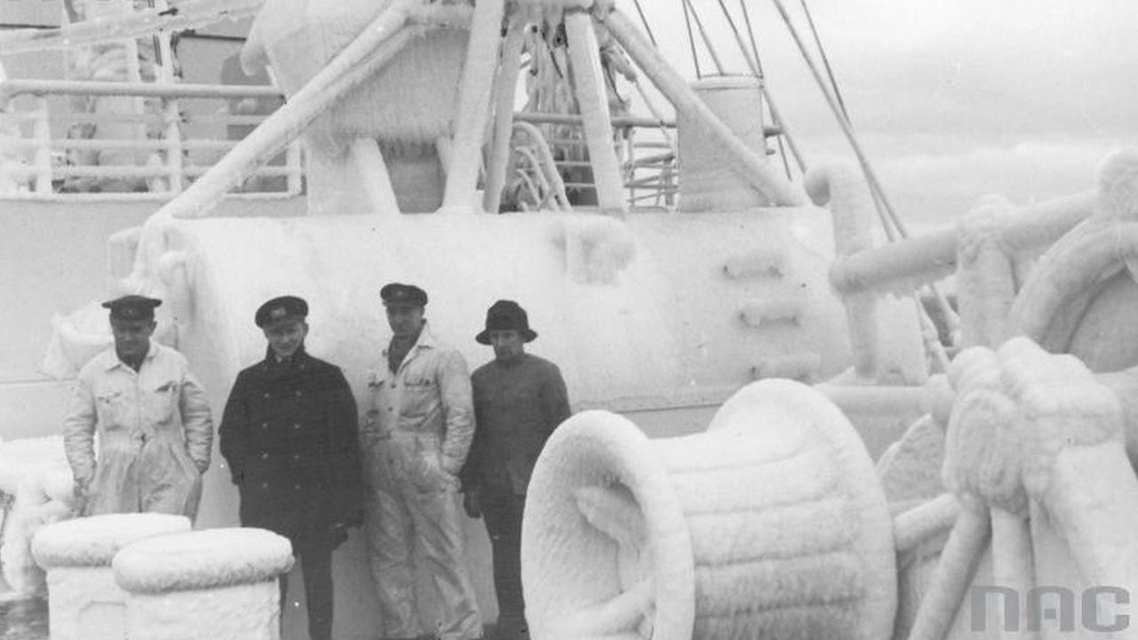 """Załoga statku """"Batory"""" na oblodzonym pokładzie (fot. NAC; zdjęcie ilustracyjne)"""