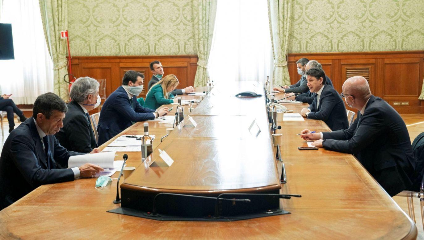 Włoski premier Giuseppe Conte podczas spotkania w sprawie zagrożenia koronawirusem (fot. PAP/EPA/FILIPPO ATTILI / CHIGI PALACE PRESS OFFICE / HANDOUT)