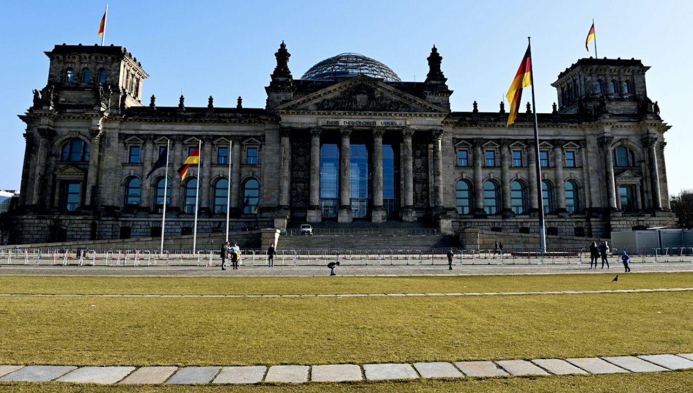 """""""Die Welt"""" pisze o związkach lewicowych ekstremistów z posłami do Bundestagu (fot. PAP/EPA/FILIP SINGER)"""