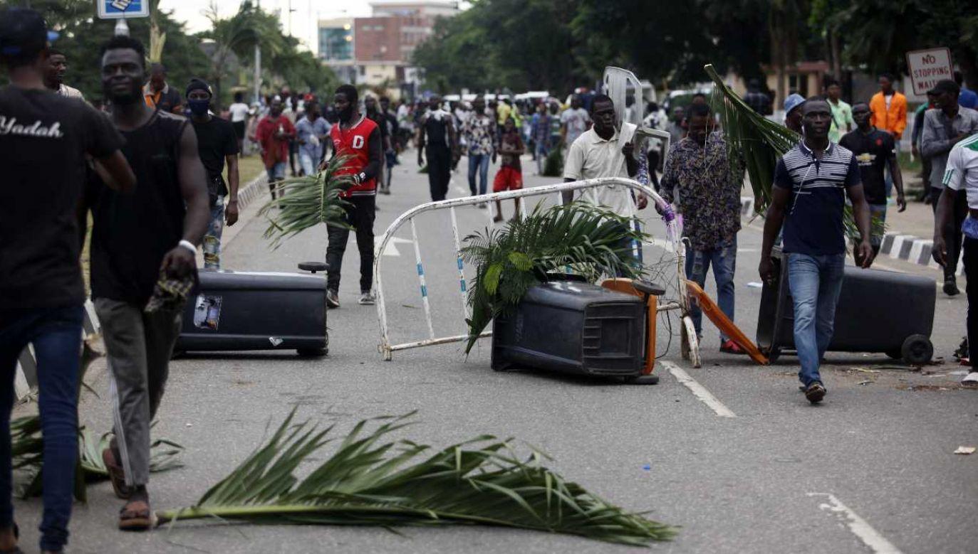 Ludzie protestują przeciwko brutalności i korupcji, domagają się też ustąpienia prezydenta (fot. PAP/EPA/AKINTUNDE AKINLEYE)