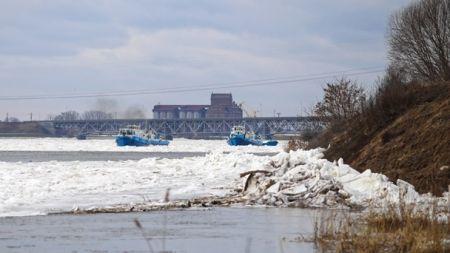 Zimowe pogotowie powodziowe monitoruje stan rzek (fot. PAP)