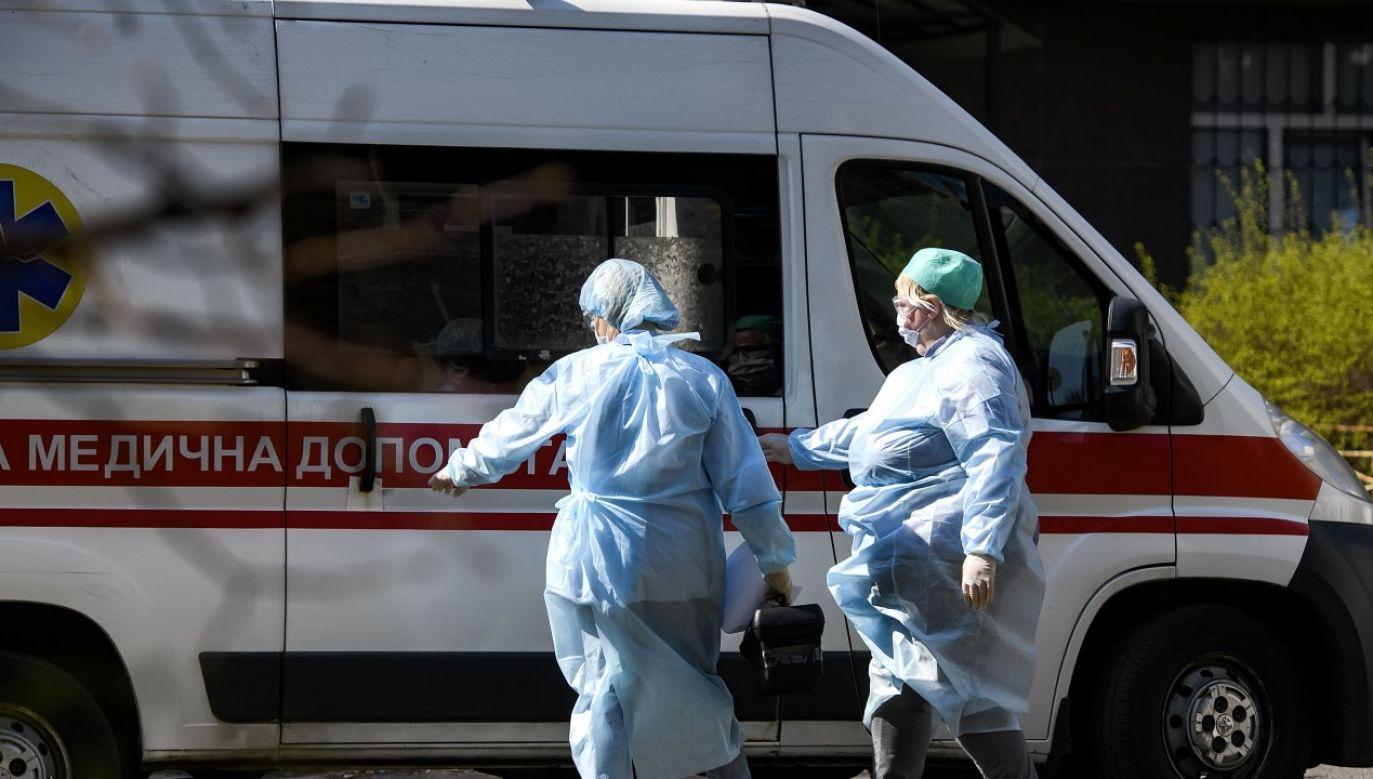 Personel medyczny w strojach ochronnych na ulicy Kijowa (fot. Maxym Marusenko/NurPhoto via Getty Images)