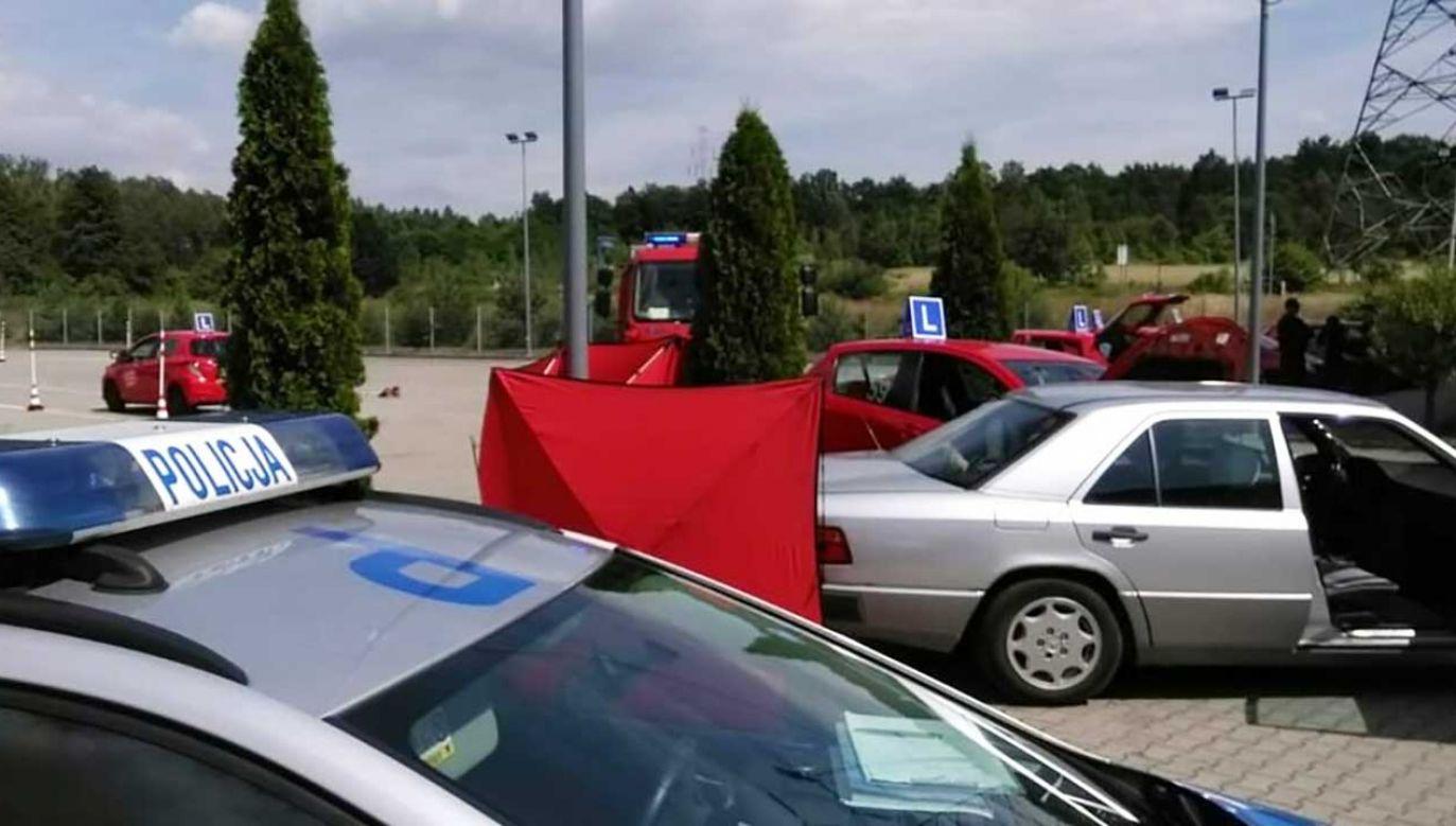68-latka prawdopodobnie wcale nie hamowała, zatrzymała się dopiero na znajdującym się przed nią samochodzie (fot. rybnik.slaska.policja.gov.pl)