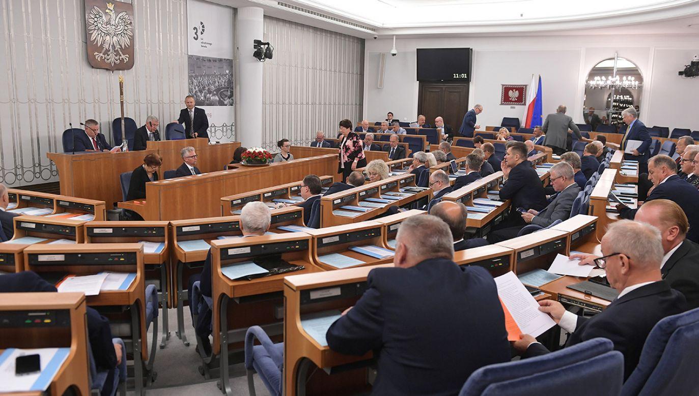 W niedzielnych wyborach kandydaci popierani przez opozycję zdobyli większość mandatów w Senacie (fot. arch. PAP/Marcin Obara)