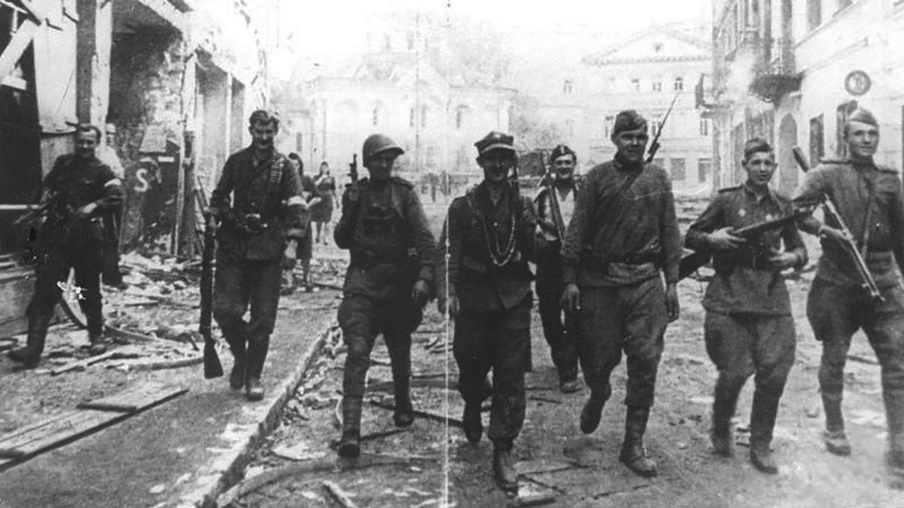 Sowieci korzystali z polskiej pomocy w walce, później wywozili Polaków do łagrów. Na zdj. żołnierze AK i Armii Czerwonej idą ulicą Wielką w wyzwolonym Wilnie (fot. Wikipedia/NAC)