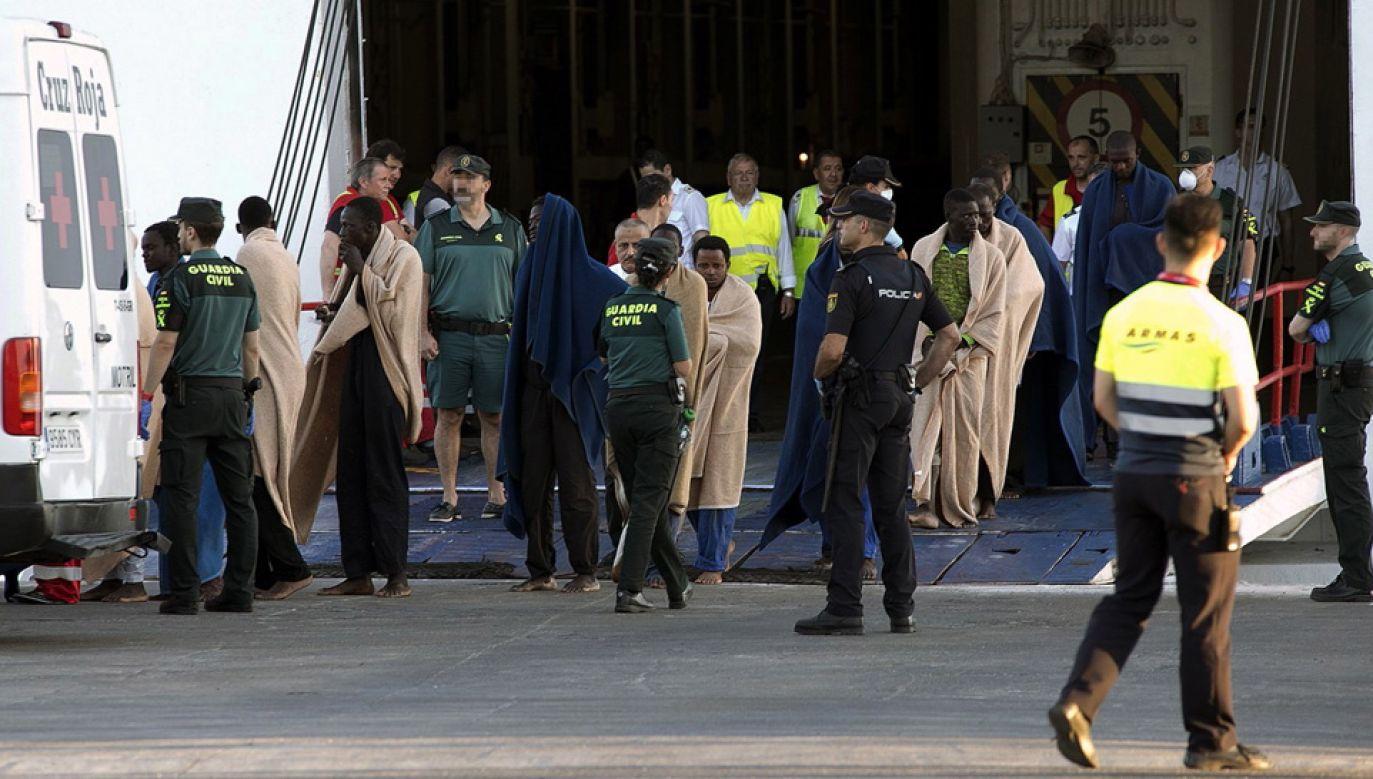 Hiszpańska straż przybrzeżna uratowała 27 osób (fot. PAP/EPA/Miguel Paquet)
