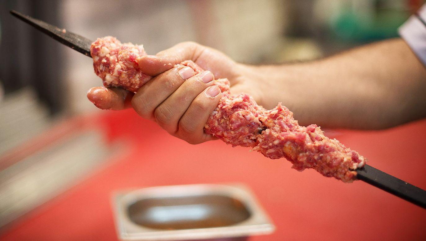 Trzy młode dziewczyny postanowiły zjeść kebab po wieczorze na mieście. Okazało się, że ich jedzenie było specjalnie doprawione (fot. Shutterstock/Hakan Tanak)