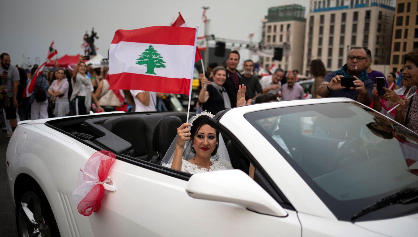 Panna młoda pozowała do zdjęć ślubnych w Bejrucie, gdy nagle odczuła falę uderzeniową po eksplozji w porcie (fot. REUTERS/Alkis Konstantinidis/ zdjęcie ilustracyjne)
