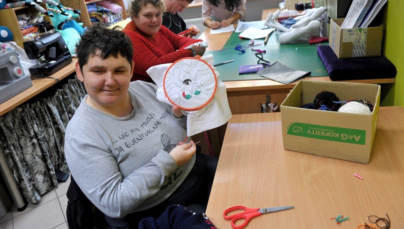 W ramach programów osobom niepełnosprawnym udzielana jest pomoc np. w dojazdach na zajęcia terapeutyczne (fot. PAP/Marcin Bielecki)