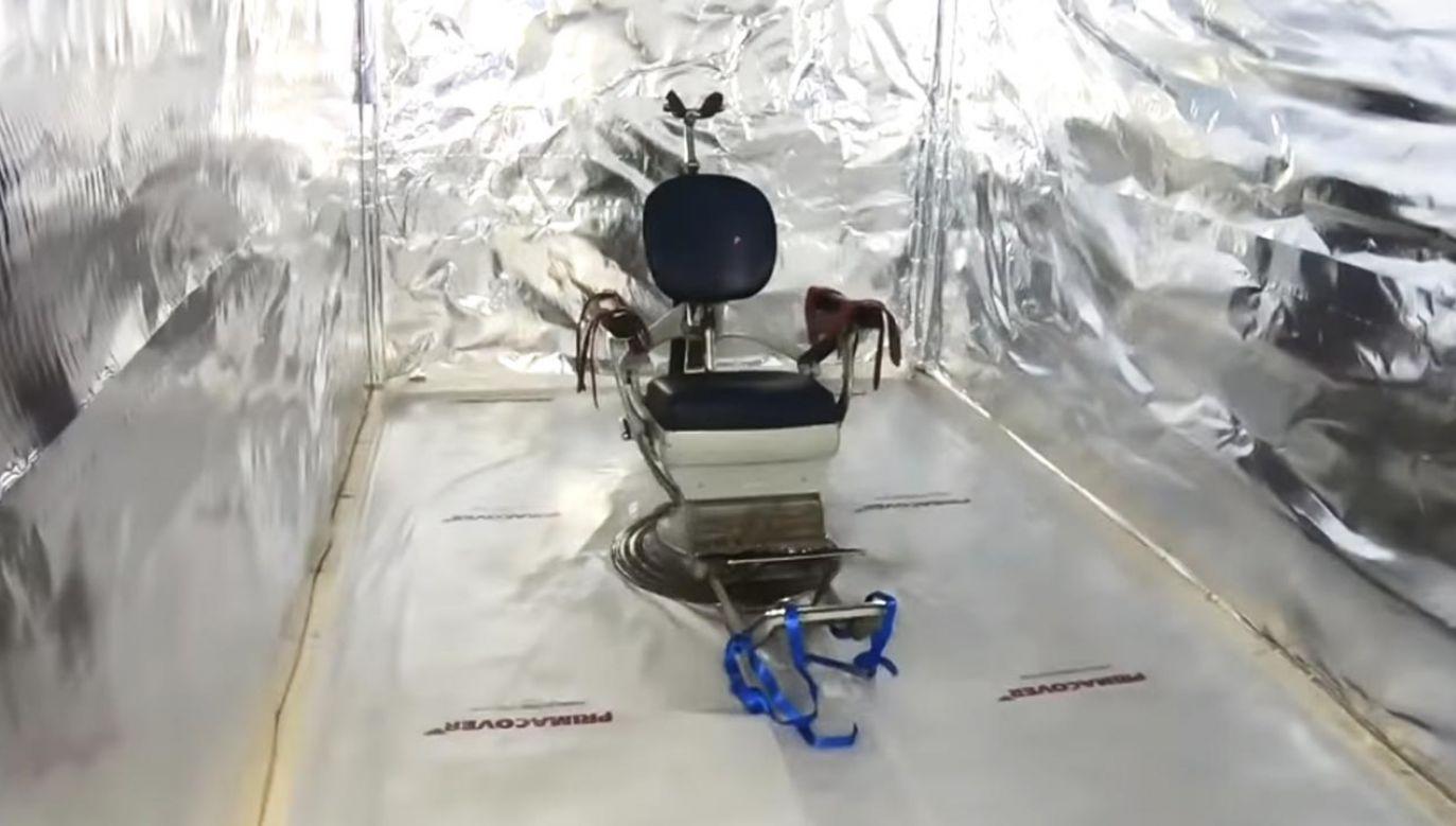 Specjalnie przerobione krzesło dentystyczne do tortur (fot. YouTube/Politie Landelijke Eenheid)
