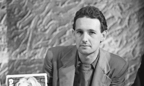 """Andrzej Wajda prezentuje niemiecki fotos promocyjny z filmu """"Kanał"""". Rok 1958. Fot. PAP"""