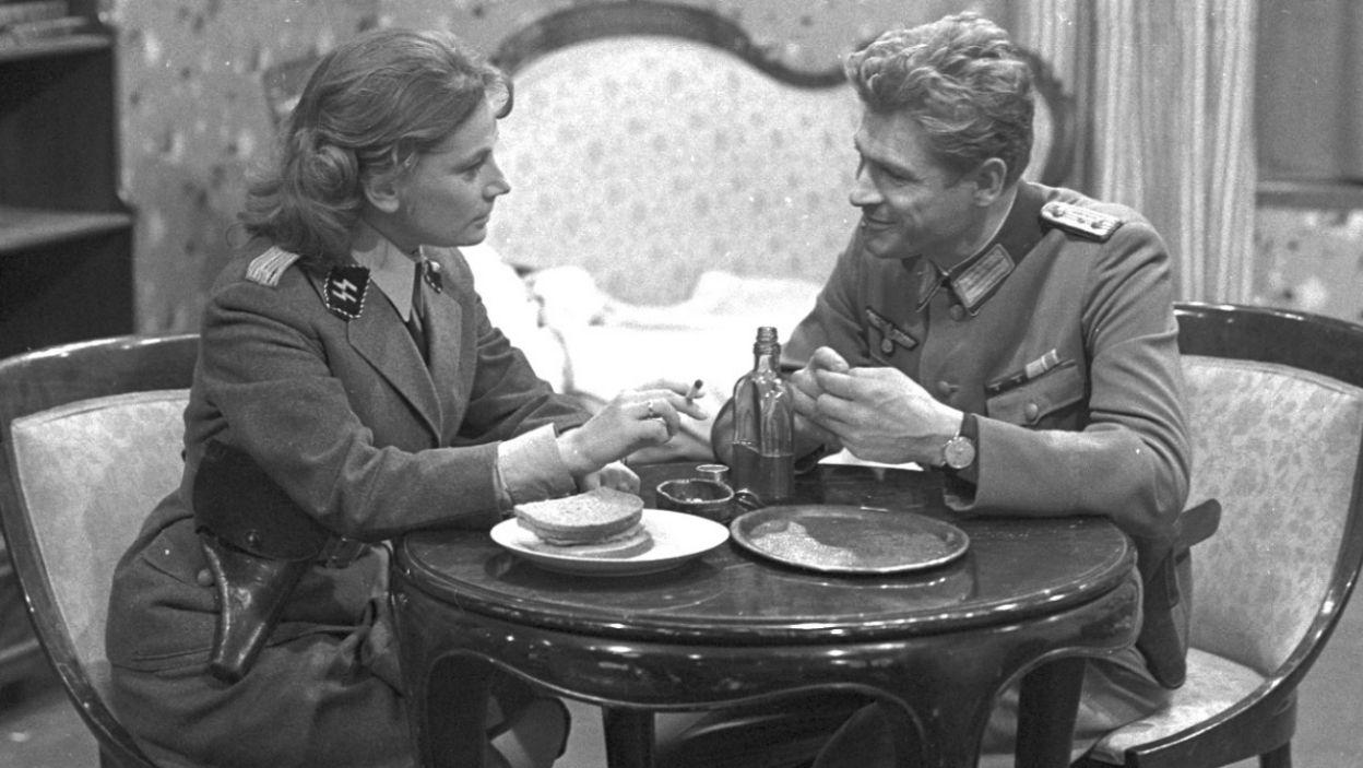 Barbara Horawianka i Stanisław Mikulski, a po środku szkło (fot. Zygmunt Januszewski/TVP)