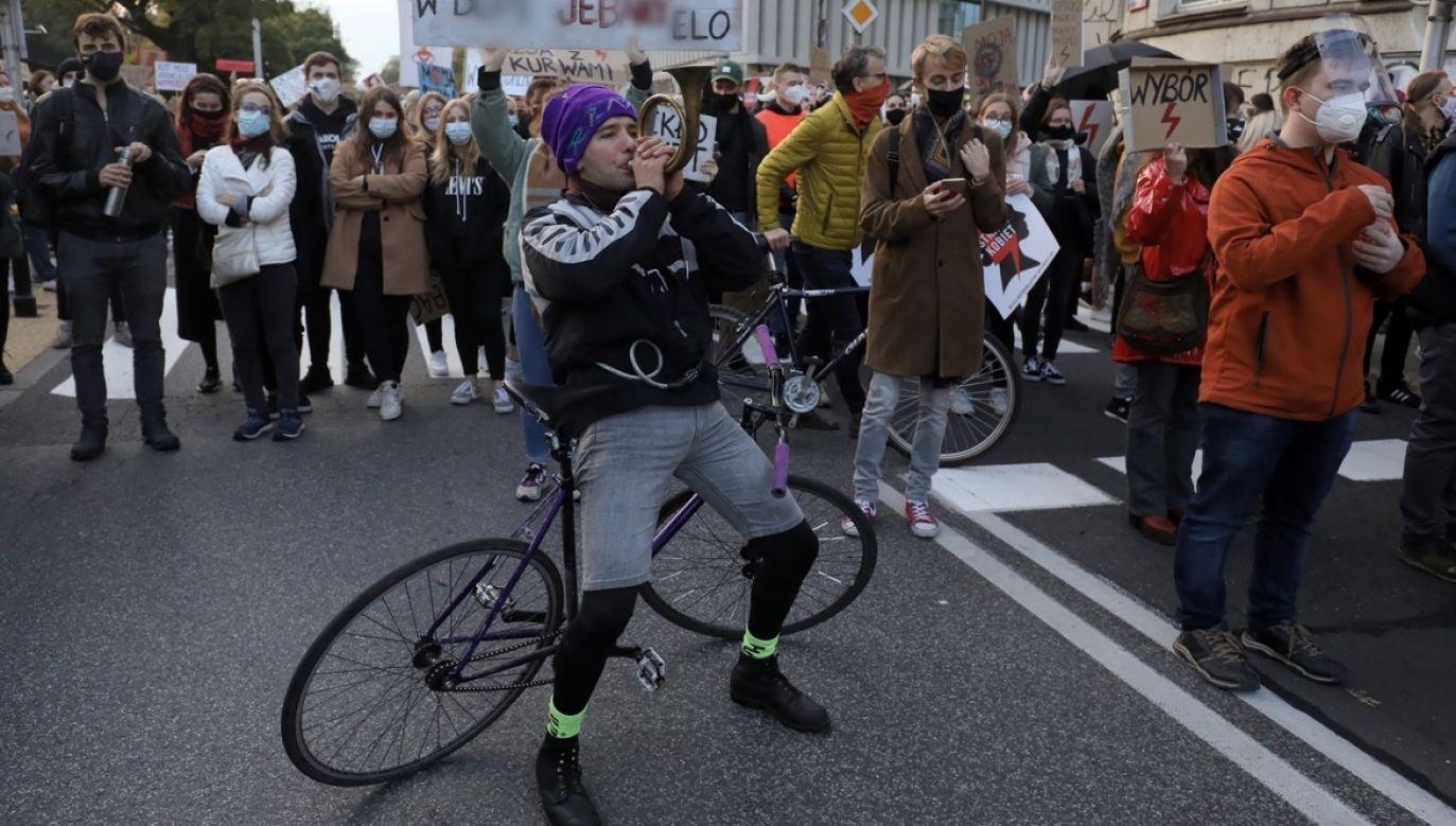 GiS podkreśla, że to, co teraz się dzieje na polskich ulicach, to zagrożenie dla zdrowia publicznego (fot. PAP/Paweł Supernak)