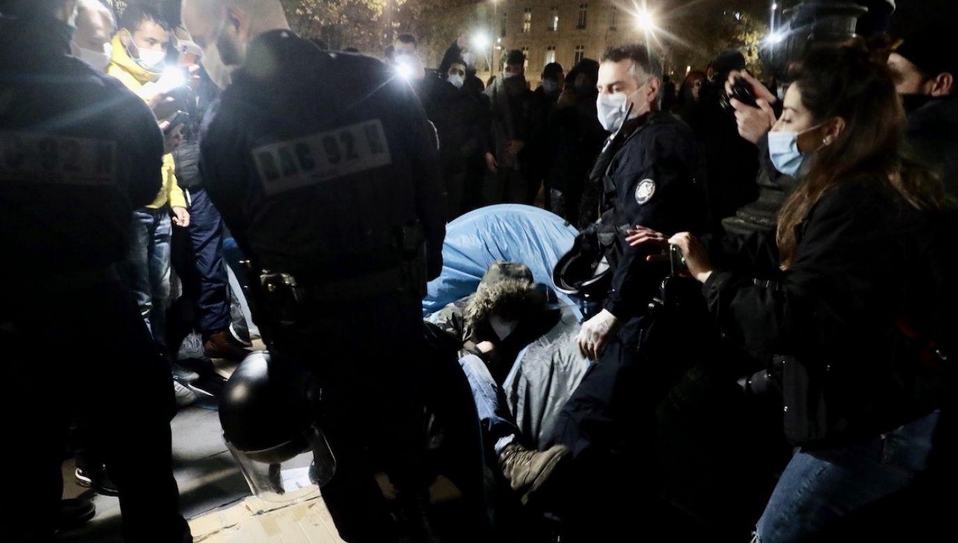 Interwencja policji na placu Republiki w Paryżu  (fot. PAP/EPA/CHRISTOPHE PETIT TESSON)