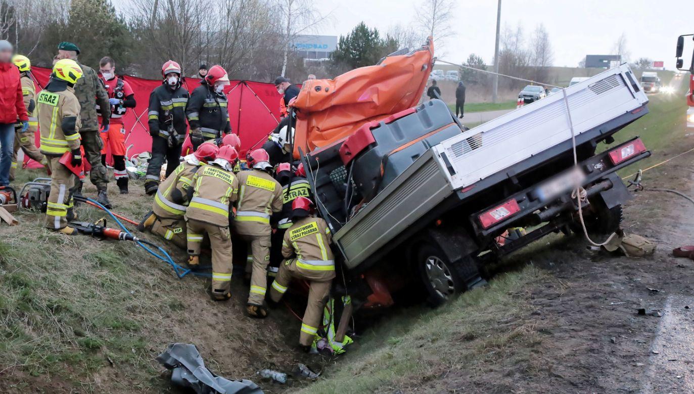 Miejsce zderzenia trzech pojazdów w miejscowości Kaplityny (fot. PAP)