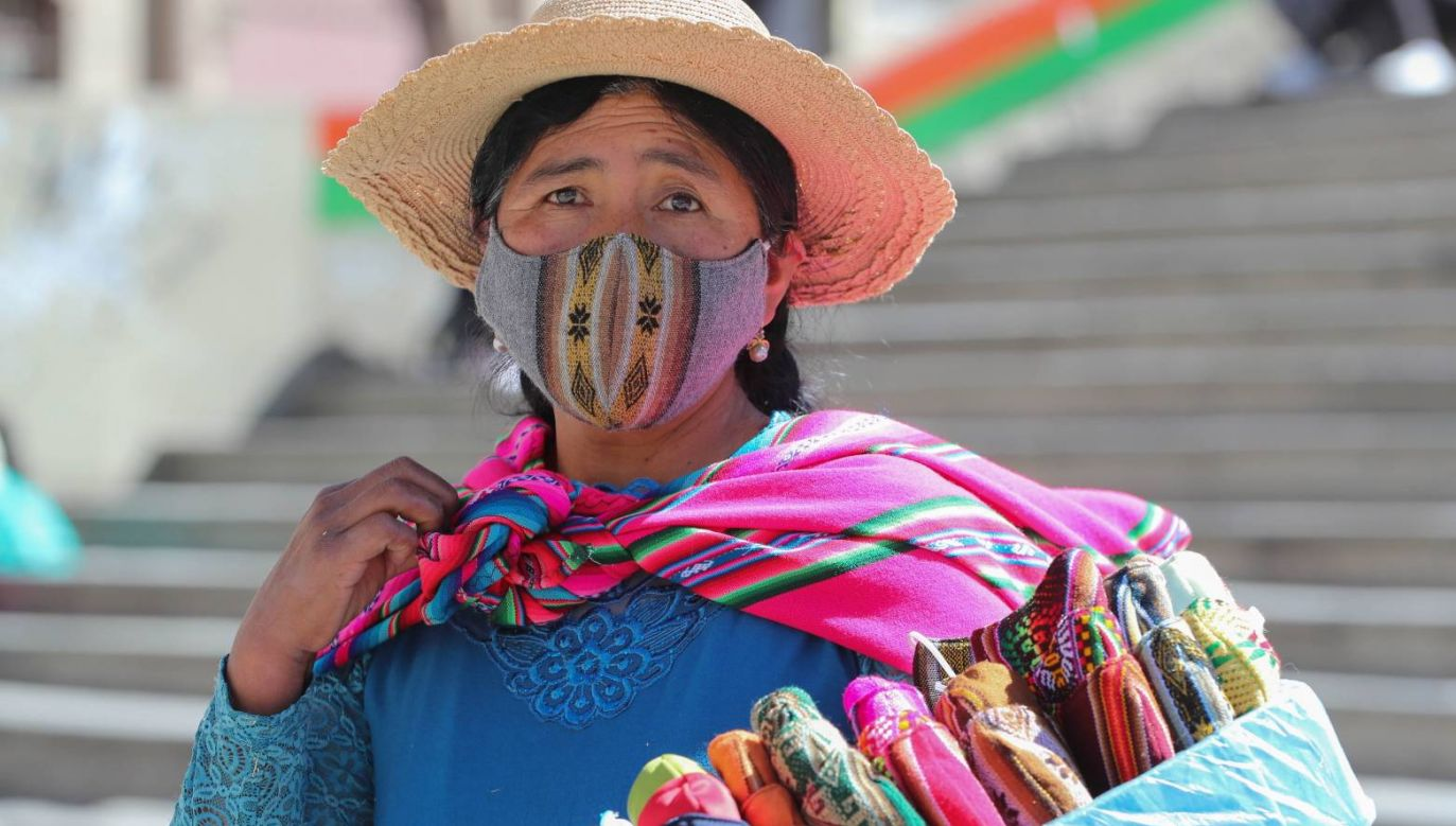 Maseczki są noszone na całym świecie; na zdjęciu sprzedająca je mieszkanka Boliwii (fot. PAP/EPA/Martin Alipaz)