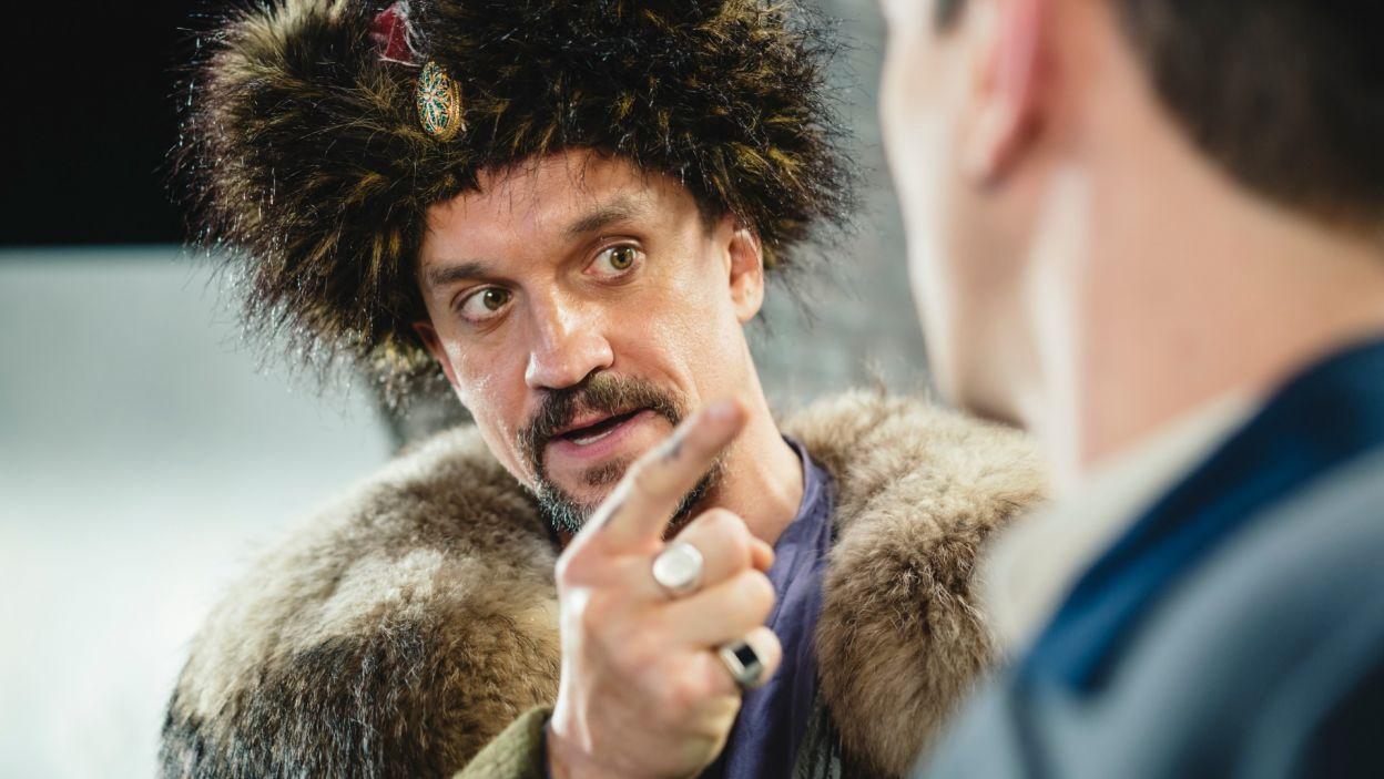 Gorący temperament Cześnika Raptusiewicza (w tej roli Michał Czernecki) daje znać o sobie w sporze z drugim lokatorem pewnego zamku (fot. S. Loba)