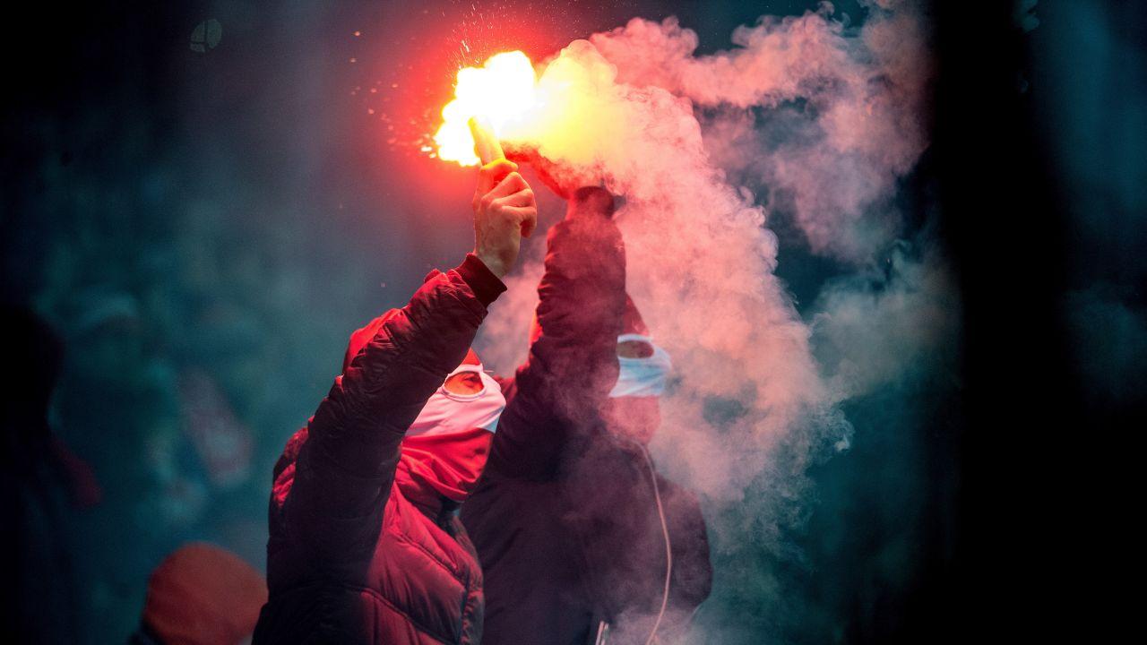 Kibice Widzewa z racami podczas meczu 3. ligi piłkarskiej: Widzew Łódź - Motor Lubawa (fot. PAP/Grzegorz Michałowski)