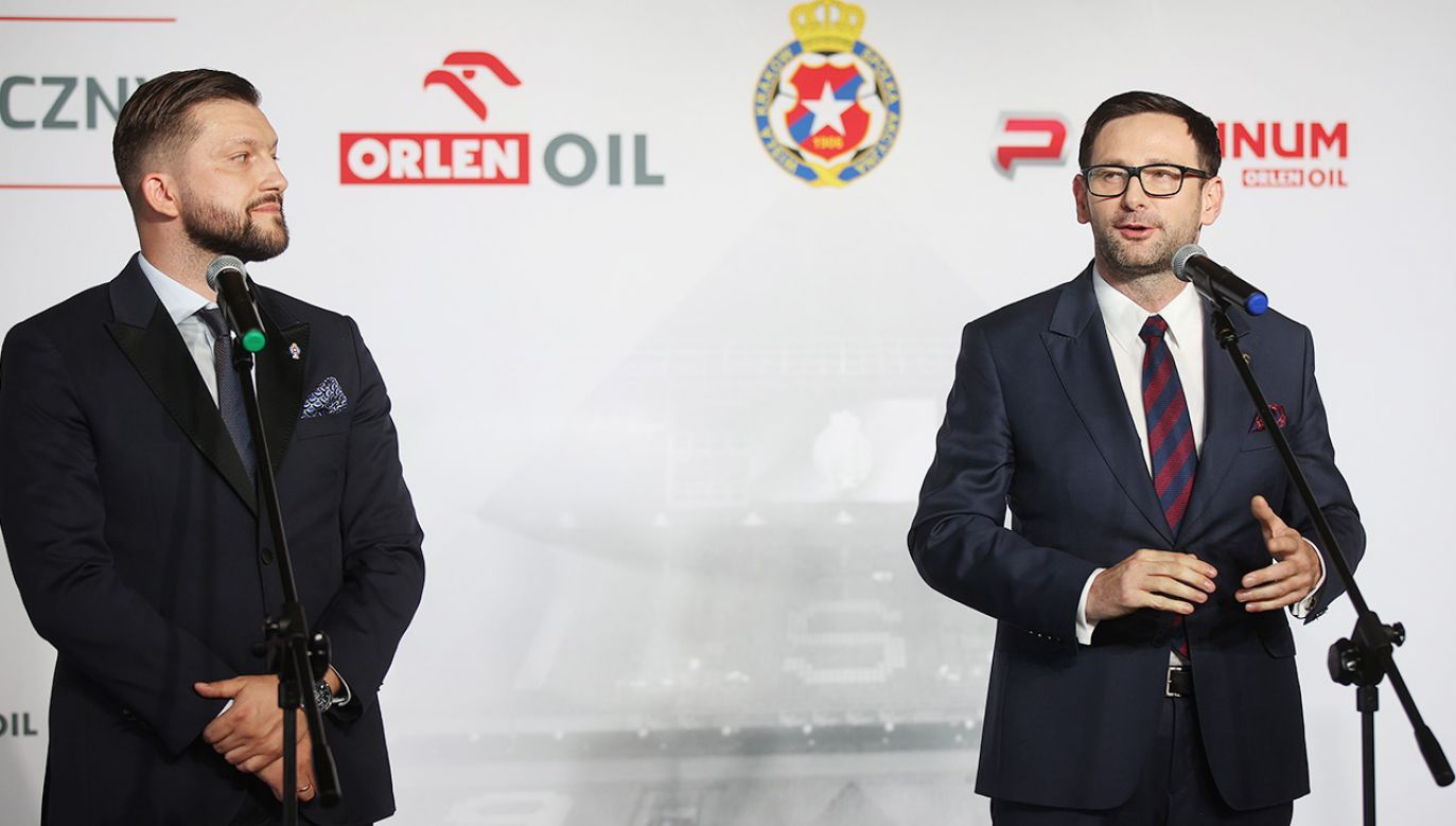 Dawid Błaszczykowski (z lewej) i Daniel Obajtek podczas dzisiejszej konferencji prasowej (fot. PAP/Łukasz Gągulski)