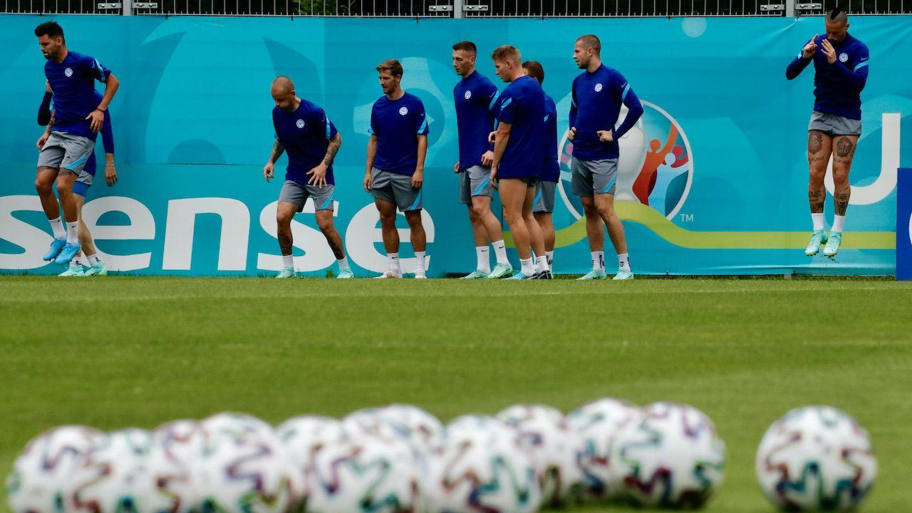 Słowacy podczas przedmeczowego treningu na stadionie w Sankt Petersburgu (fot. PAP/EPA/ANATOLY MALTSEV)