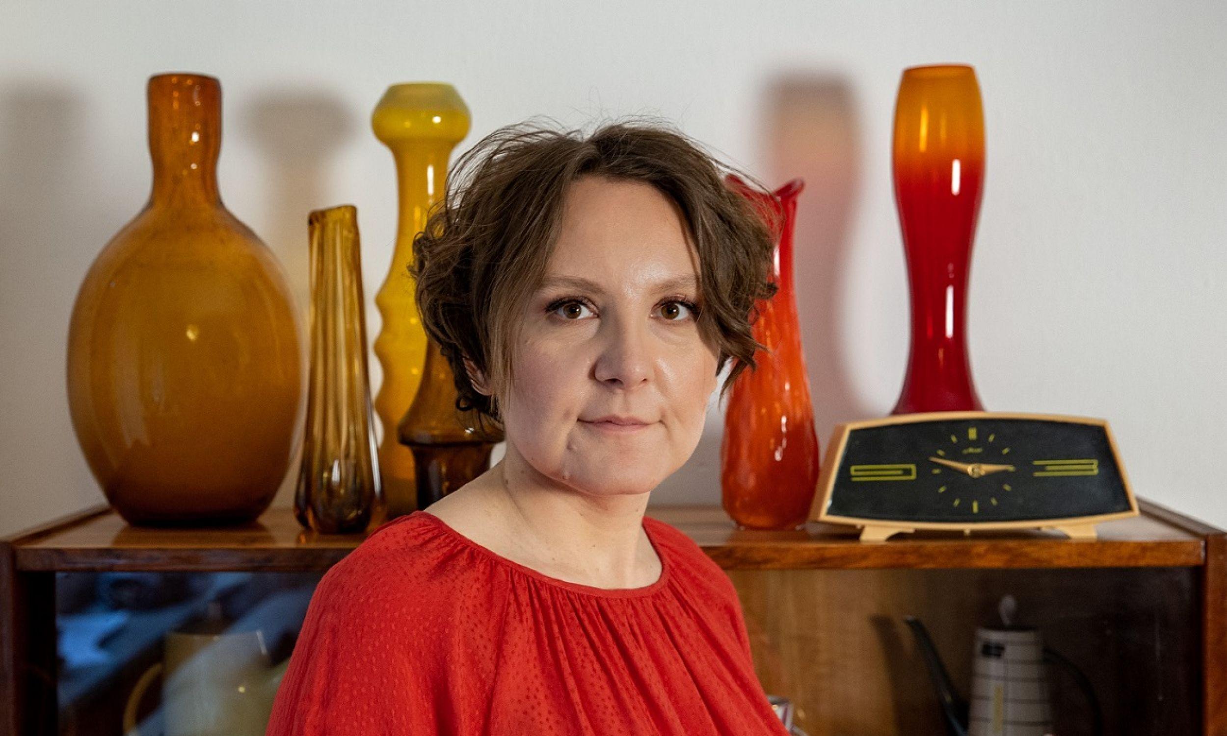 Katarzyna Jasionek prezentuje w tle szklane i porcelanowe perły wzornictwa PRL. Fot. Zuzanna Szamocka