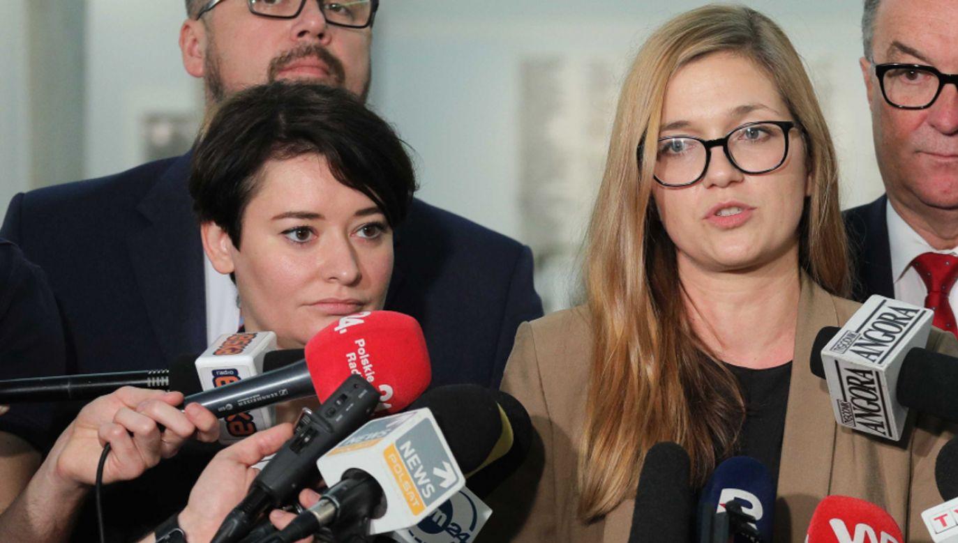 Posłanki Lewicy Magdalena Biejat (P), Anna Maria Żukowska (L)  (fot. PAP/Paweł Supernak)