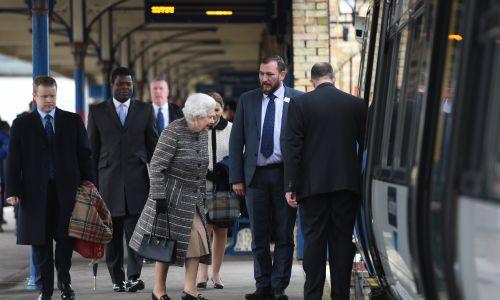 Królowa Elżbieta II wraca pociągiem do Londynu z Norfolk, gdzie spędzała zimowe wakacje, luty 2019 r. Fot. Joe Giddens/PA Images via Getty Images