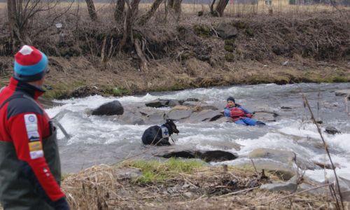 Praca psa na ciekach wodnych. Na zdjęciu Mariusz Liana z suczką Ateną. Fot. z archiwum prywatnego podkomisji psów ratowniczych GOPR