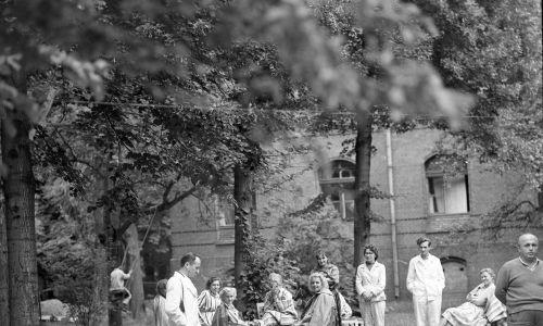 Chorych lub podejrzanych o kontakt z chorymi umieszczono w szpitalu epidemiologicznym w Szczodrem koło Wrocławia. Na zdjęciu: personel medyczny i pacjenci specjalnego szpitala. Fot. PAP/Eugeniusz Wołoszczuk