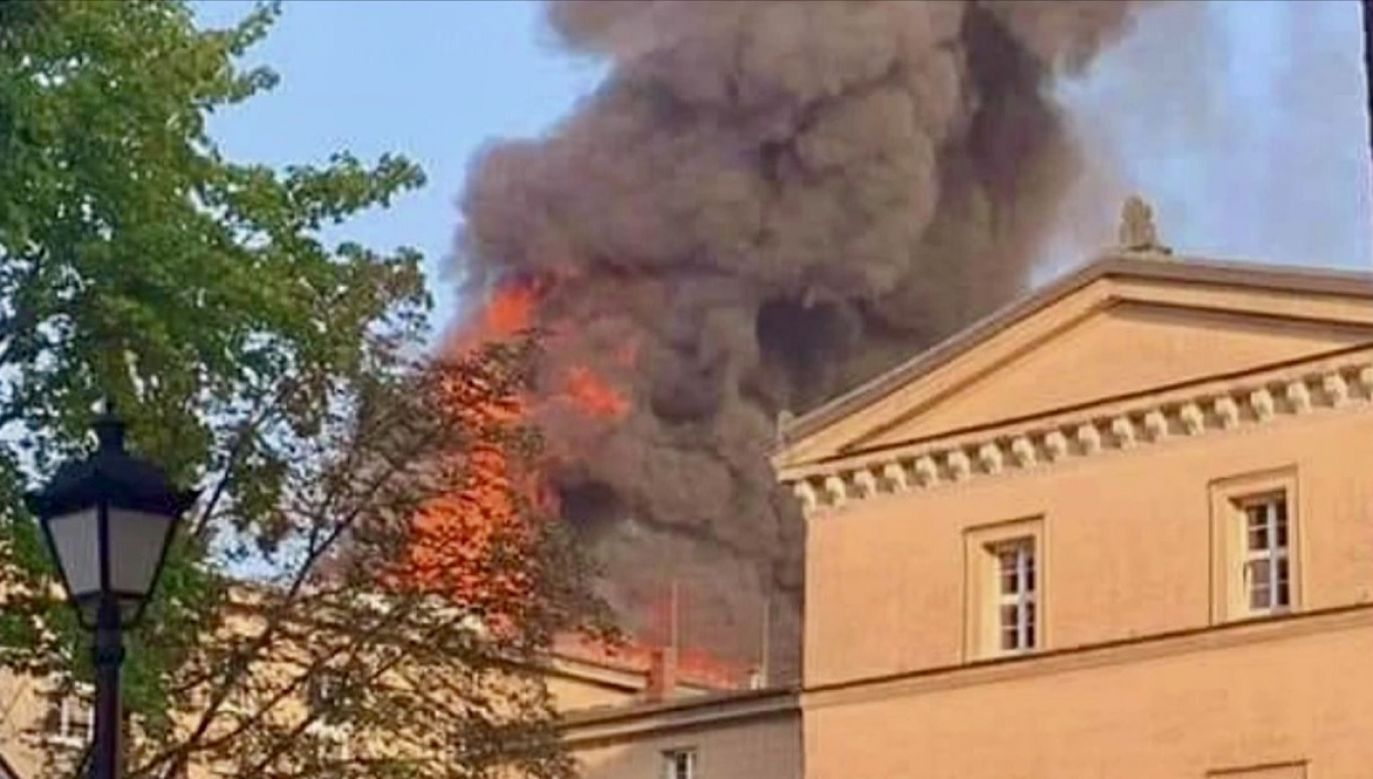 Z ogniem walczy 20 zastępów strażaków (fot. TVP Info)