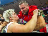 Trener gratuluje sukcesu swojej podopiecznej (fot. PAP/Adam Ciereszko)