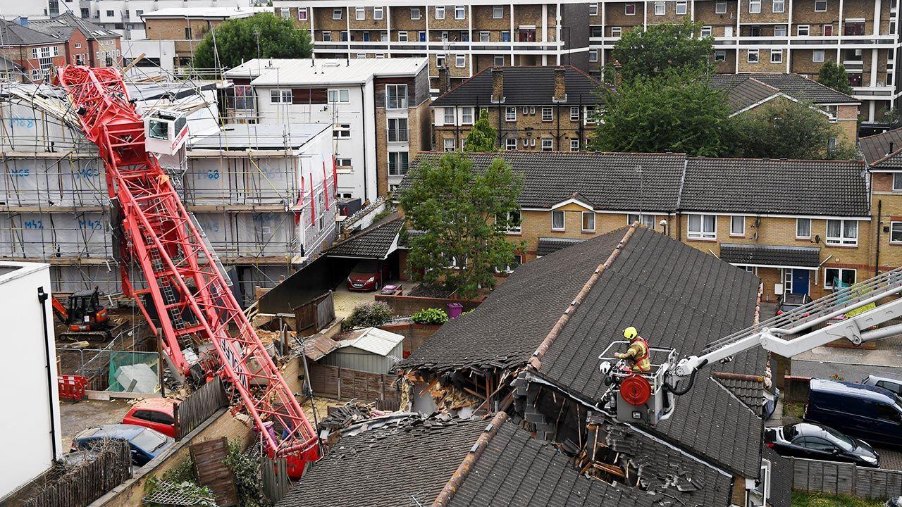 Nieopodal domów, na które spadł żuraw, budowany jest czteropiętrowy blok mieszkalny (fot. Chris J Ratcliffe/Getty Images)