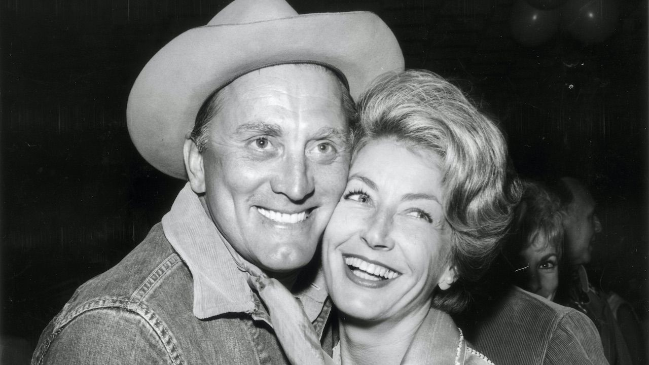 Anne Buydens i Kirk Douglas (fot. Nat Dallinger/Keystone/Getty Images)